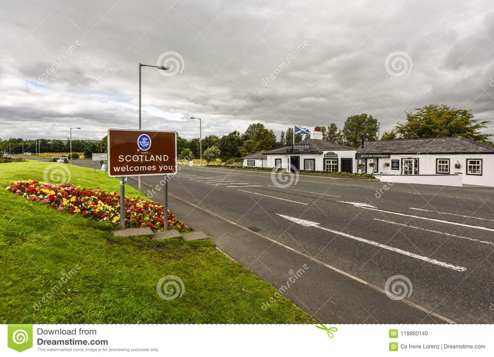 De grens aan Schotland met teken ` Schotland heet u welkom `, op de weg in Groot-Brittannië