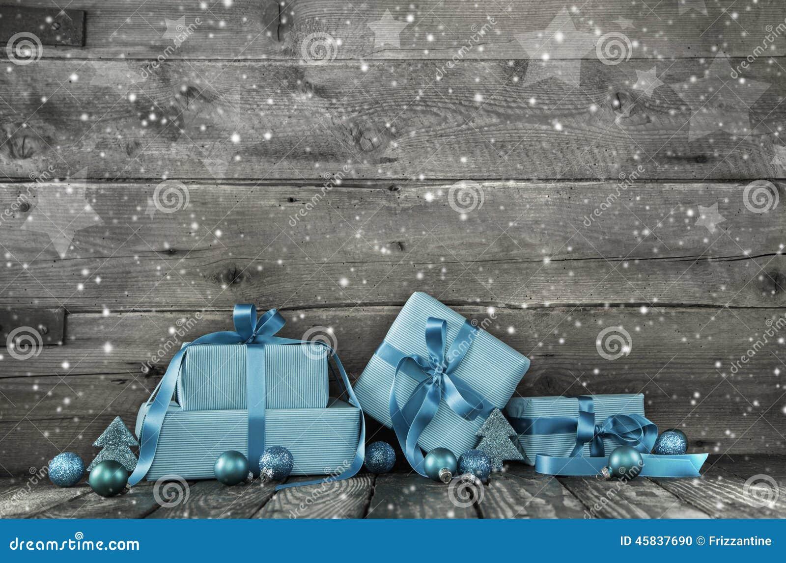 De grijze houten Kerstmisachtergrond met een stapel van stelt in blu voor