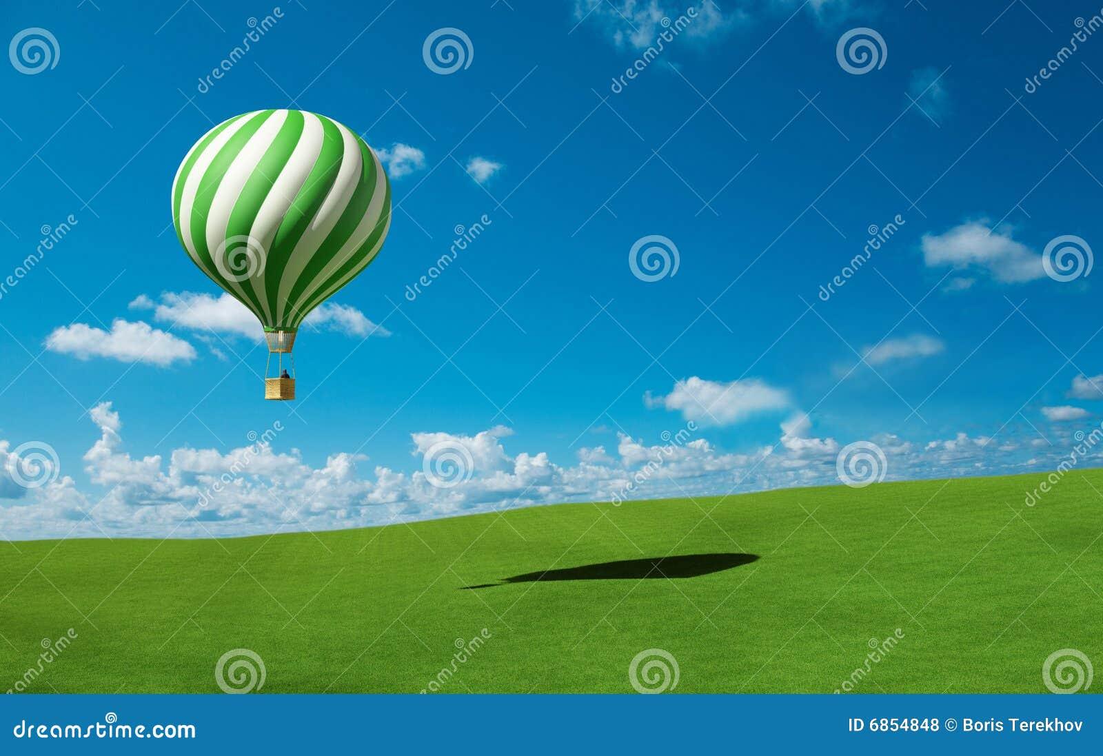 De groen-witte Ballon van de Hete Lucht in de blauwe hemel