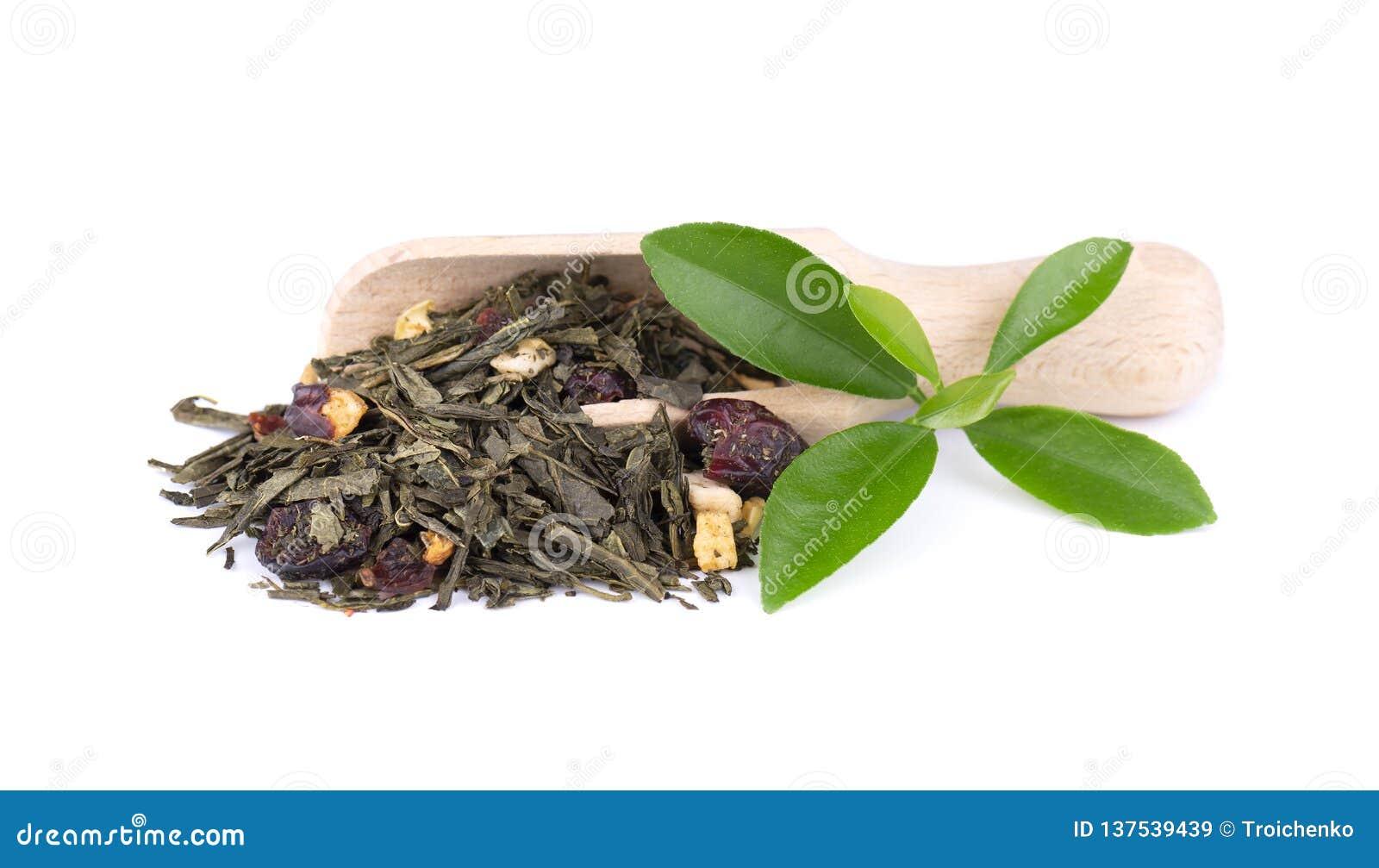 De groene die thee van Ceylon met bessen en vruchten - appel, hond-roze, aardbei en Amerikaanse veenbes, op witte achtergrond wor