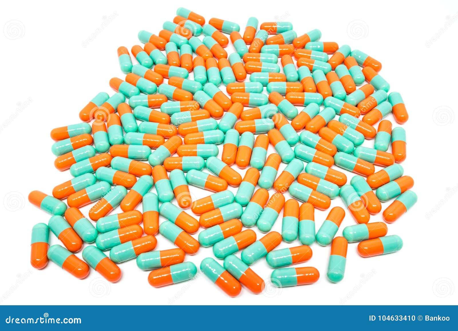 Download De Groene Oranje Capsule Van Kleurenpillen Op Witte Achtergrond Stock Foto - Afbeelding bestaande uit ziekte, geneeskunde: 104633410