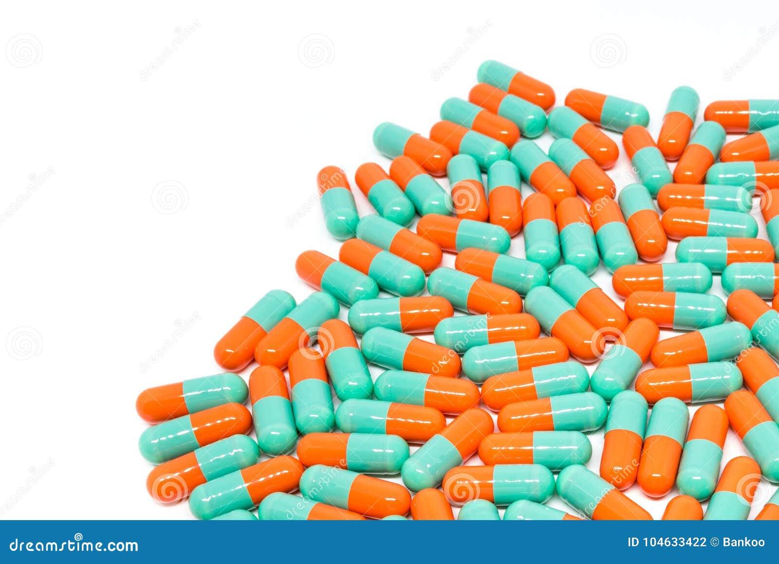 Download De Groene Oranje Capsule Van Kleurenpillen Op Witte Achtergrond Stock Foto - Afbeelding bestaande uit drug, antibiotisch: 104633422