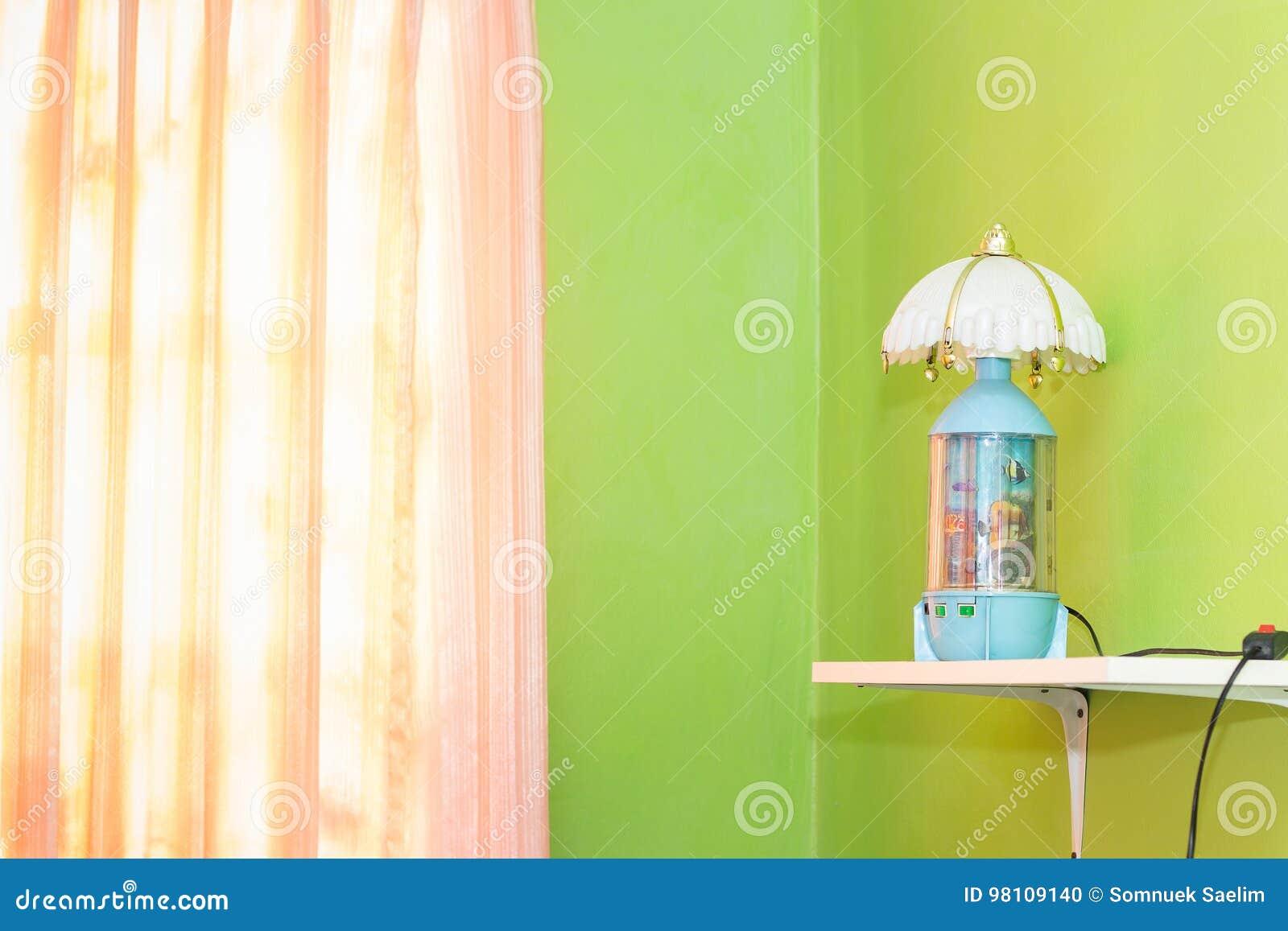 Roze Slaapkamer Lamp : De groene slaapkamer en het roze gordijn hebben lampen en bed met