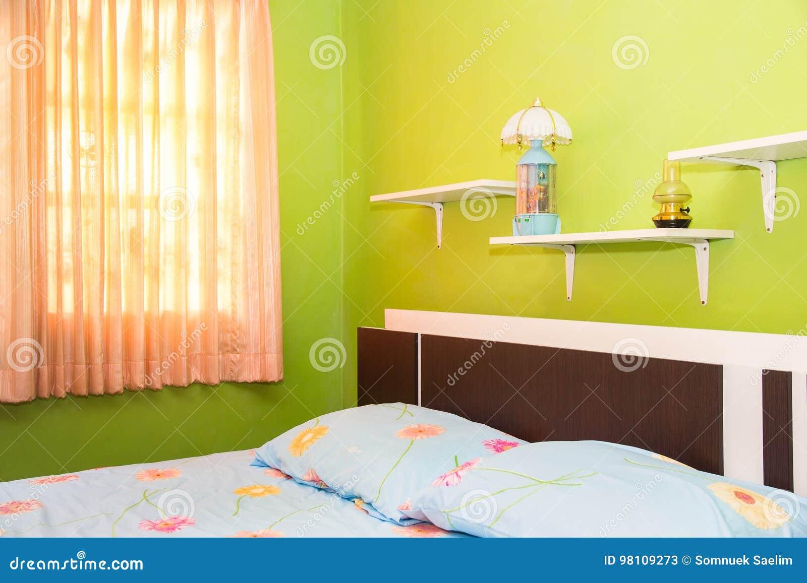 Slaapkamer Lamp Roze : De groene slaapkamer en het roze gordijn hebben lampen en bed met