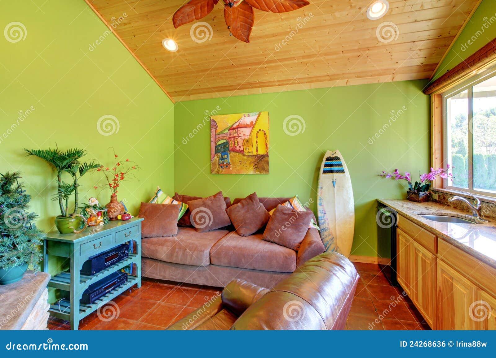 De groene woonkamer van de strandpool in het kleine huis. royalty ...