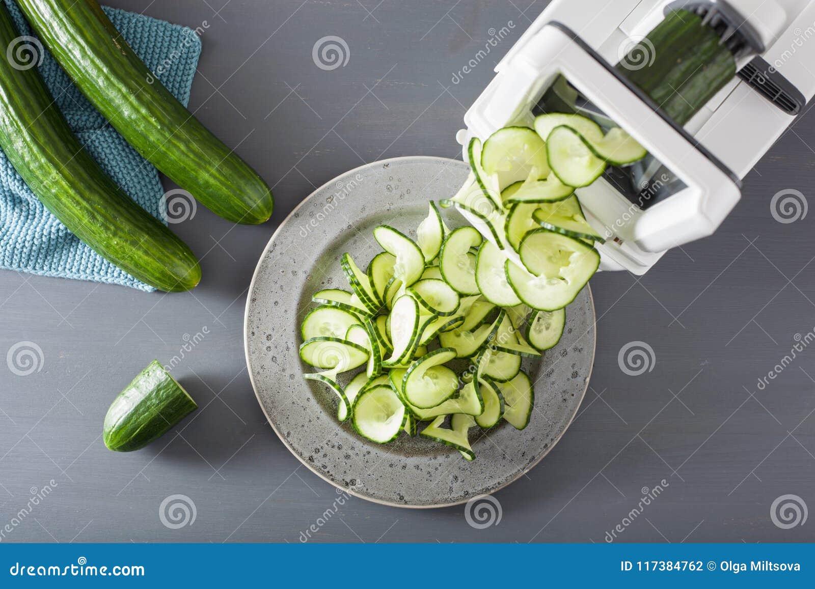 De groente van de Spiralizingskomkommer met spiralizer