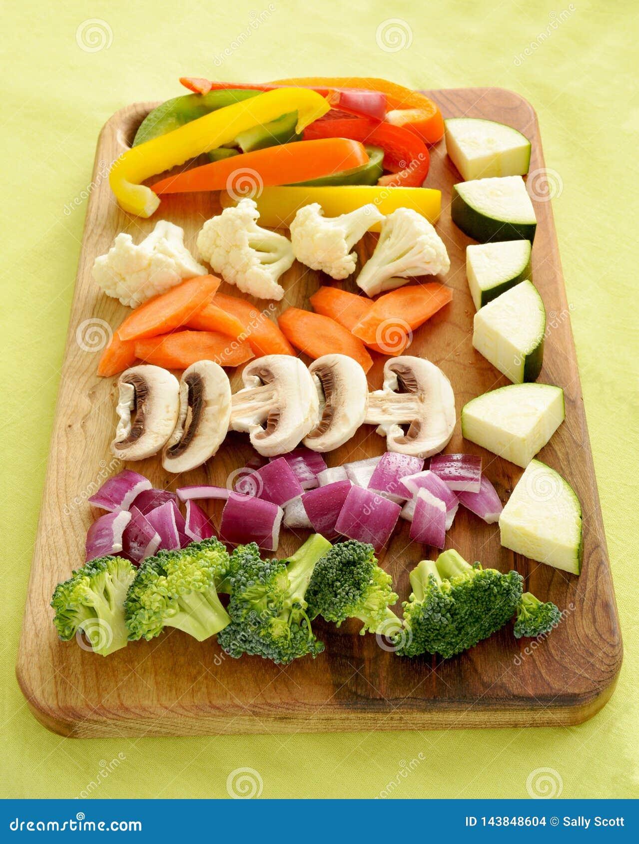 De groenten worden voorbereid op bewegen gebraden gerecht dat