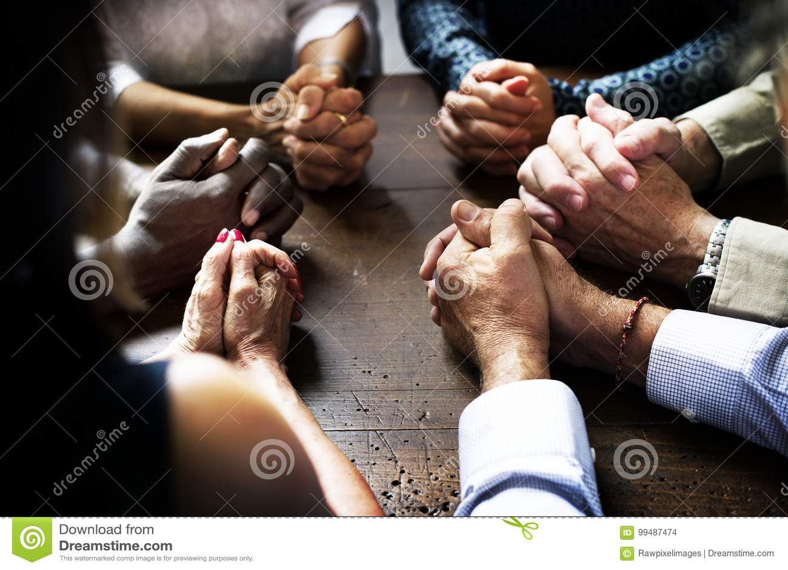 De groep christelijke mensen bidt samen