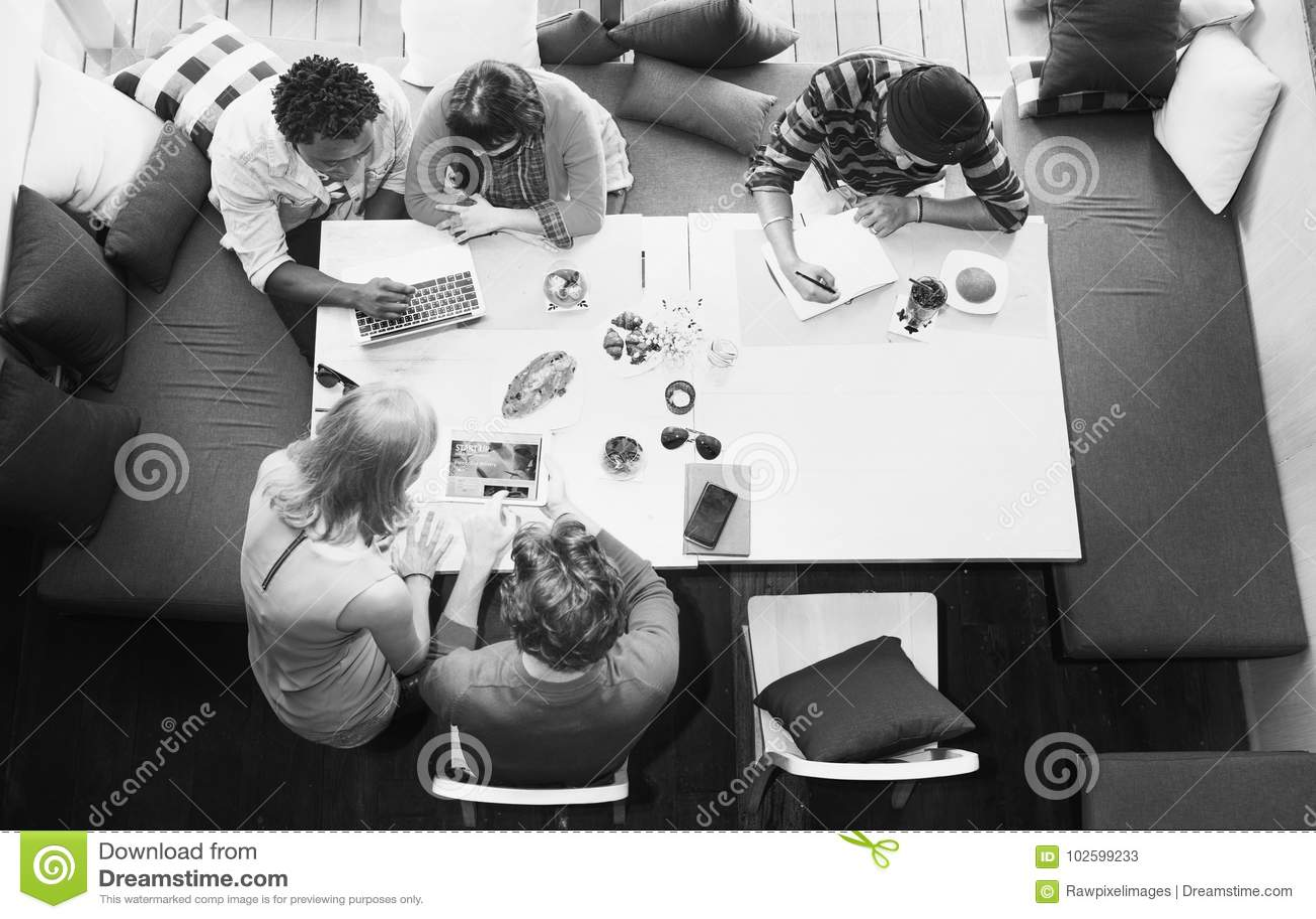 De groep diverse vrienden is brainstorming op hun project