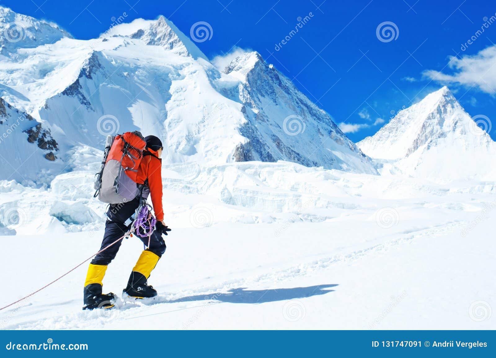 De groep klimmers met rugzakken bereikt de top van bergpiek Succes, vrijheid en geluk, voltooiing in bergen