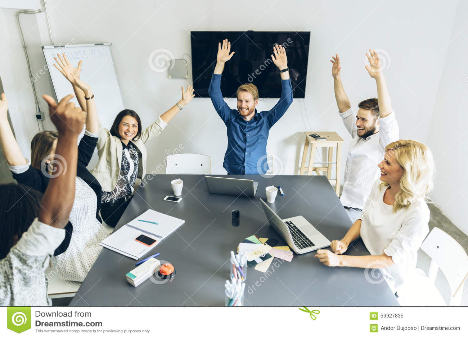 De groep medewerkers gelukkig als doel wordt bereikt