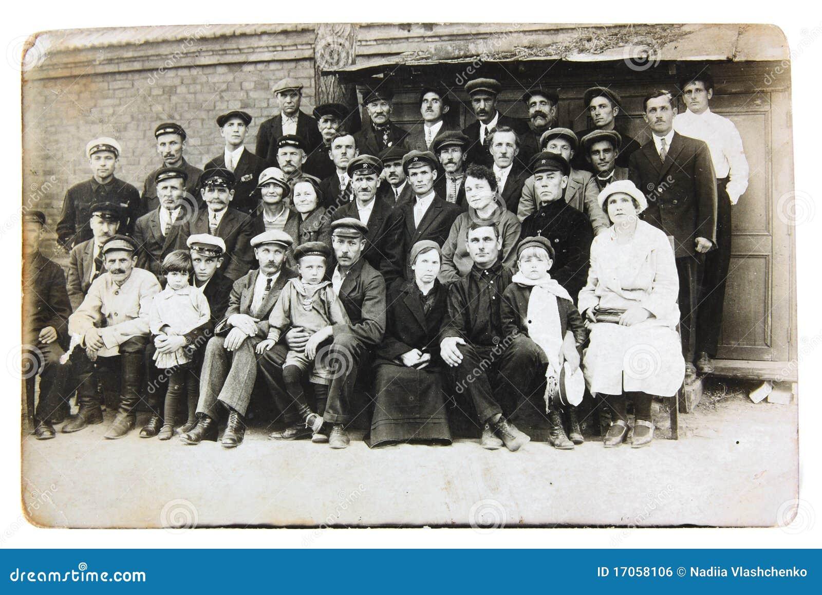 De groep sovjet railwaymen met hun families