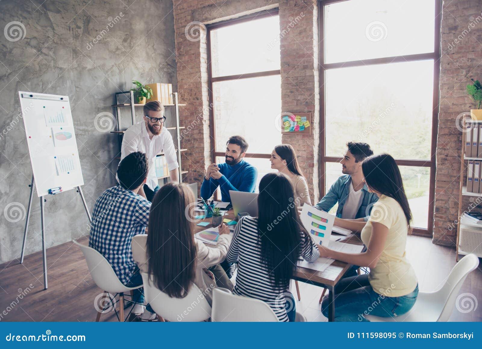 De groep studenten bespreekt het universitaire project bij aardig