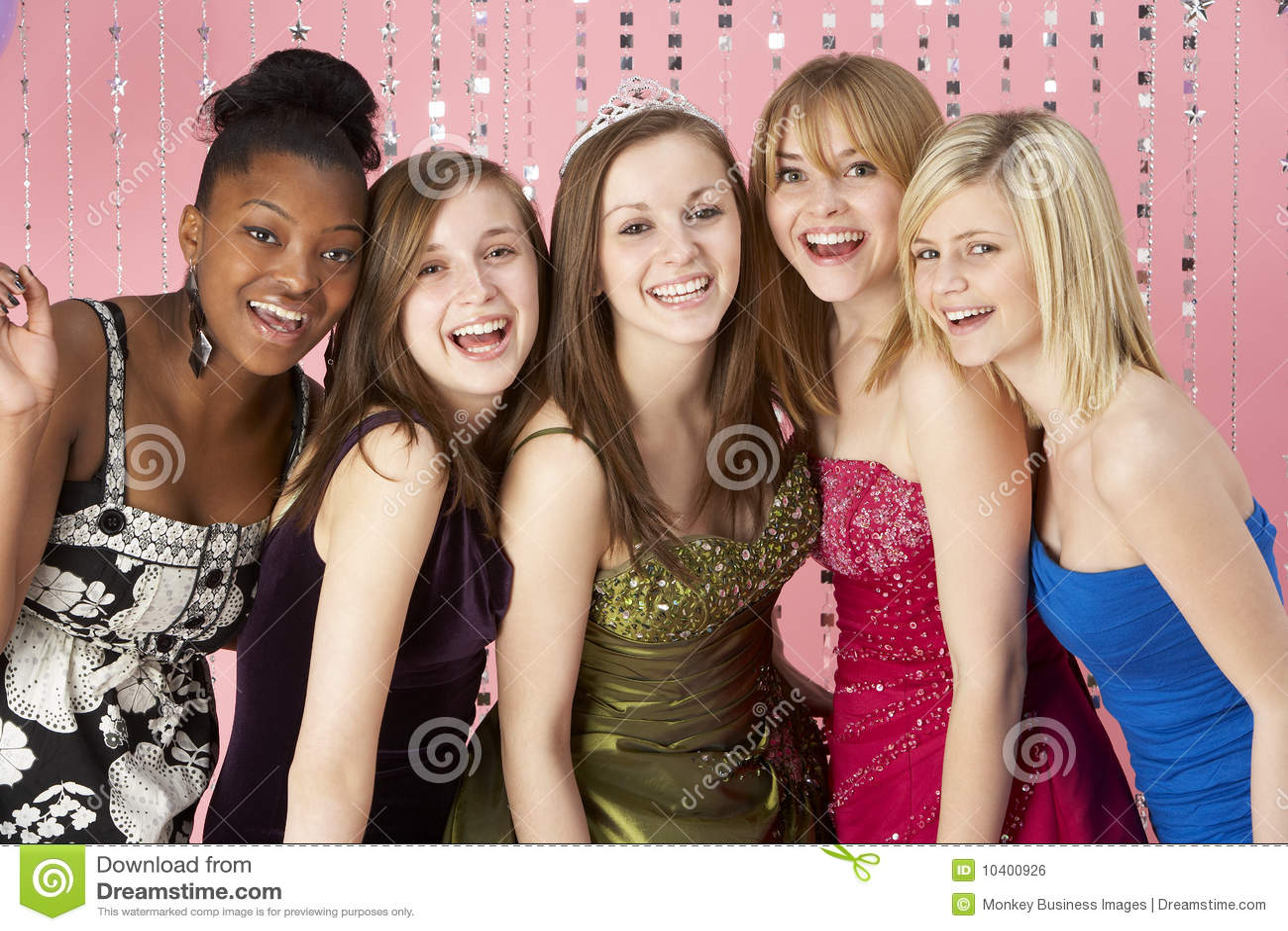 De groep TienerVrienden kleedde zich voor Prom