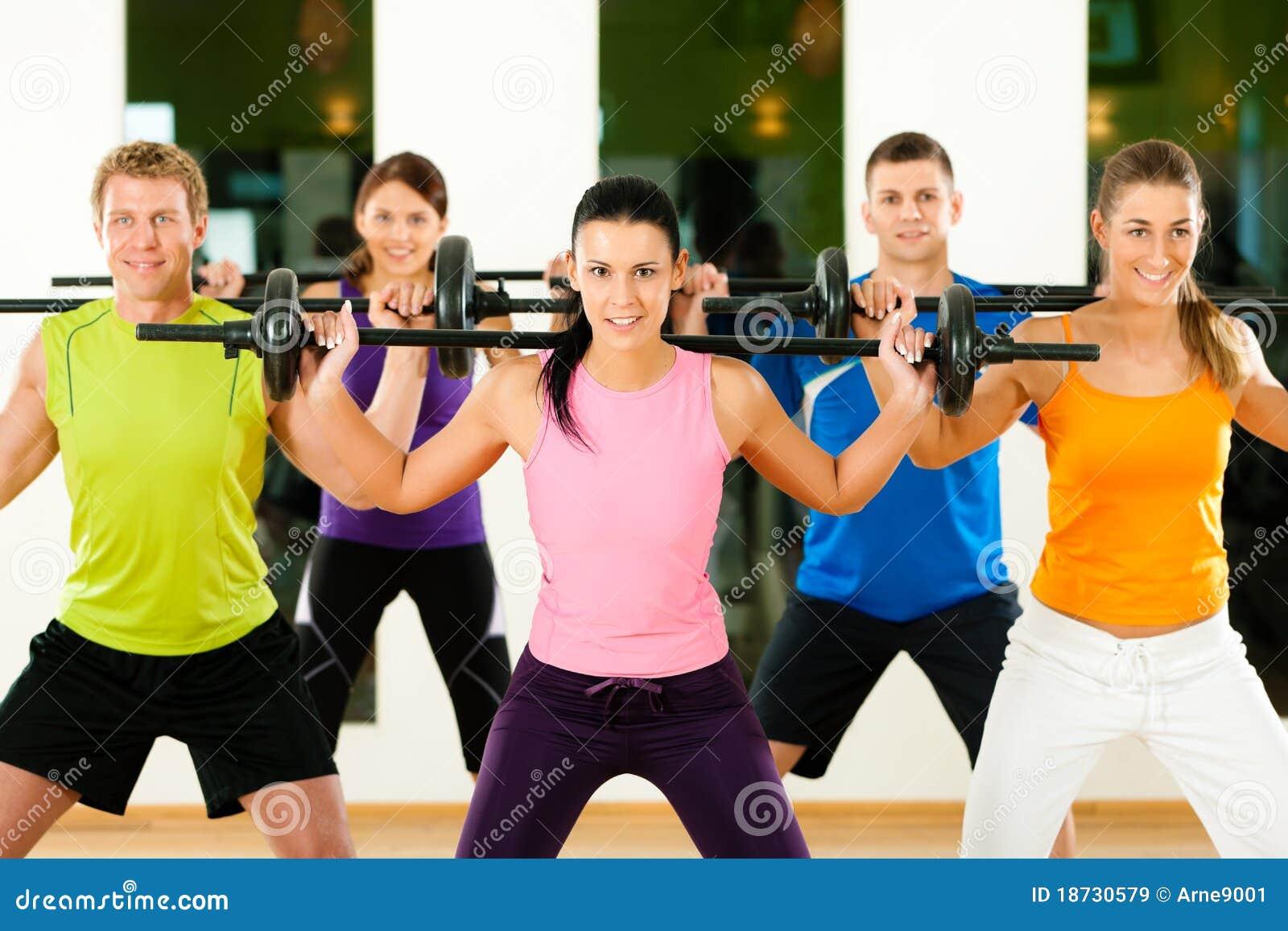 De groep van de geschiktheid met barbell in gymnastiek