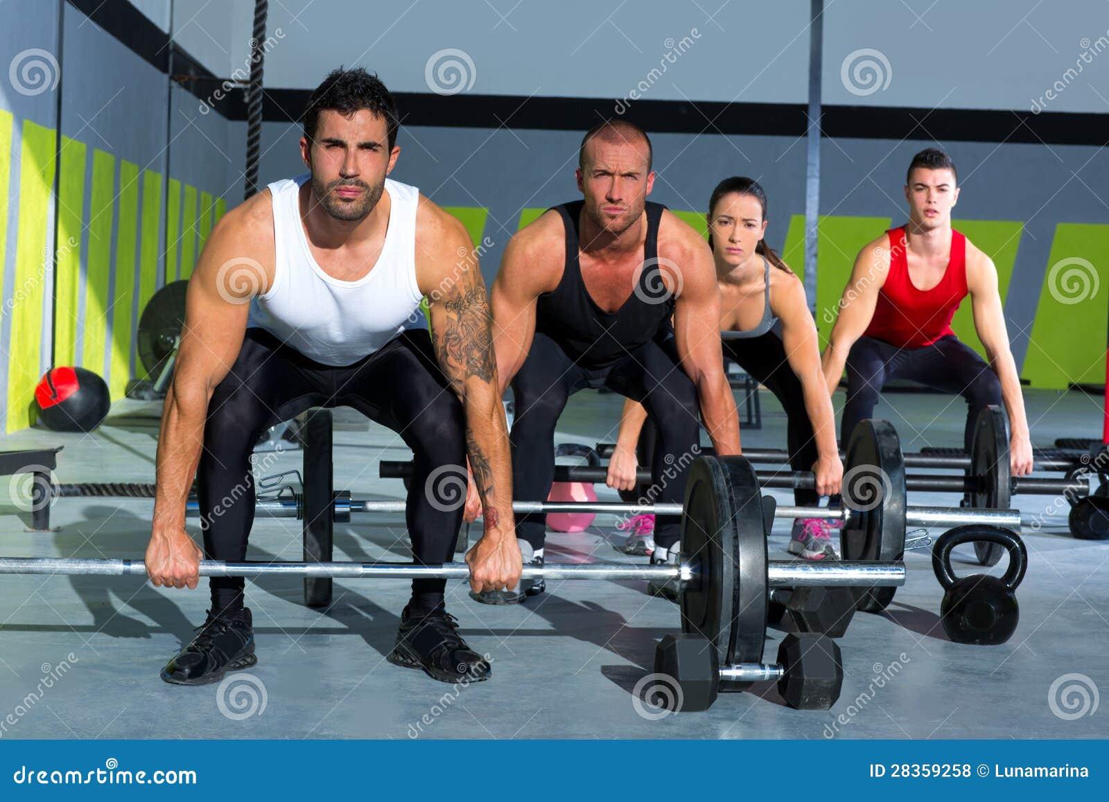 De groep van de gymnastiek met de training van de gewichtheffenbar crossfit