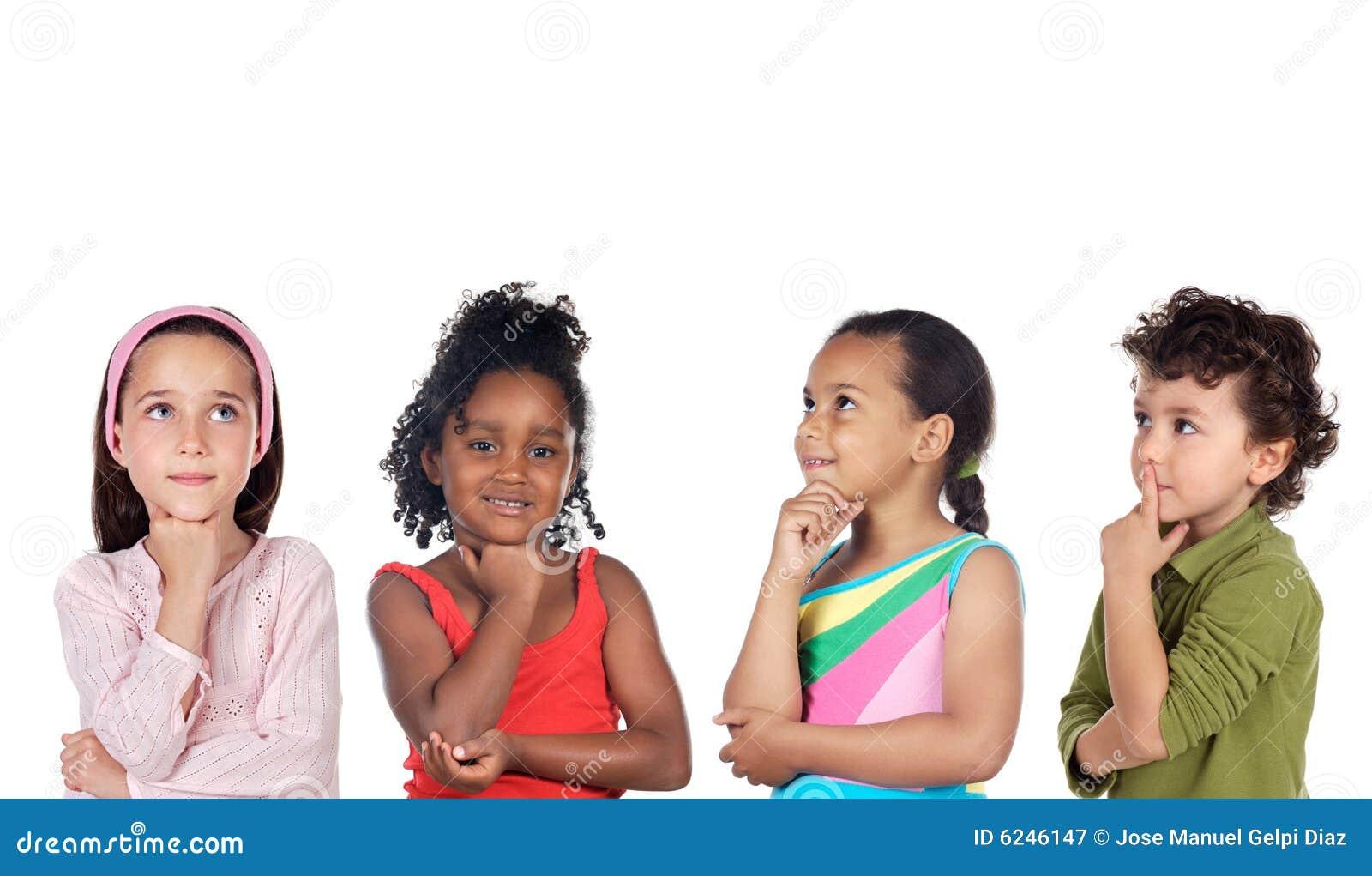 De groep van Multiethnic kinderen het denken