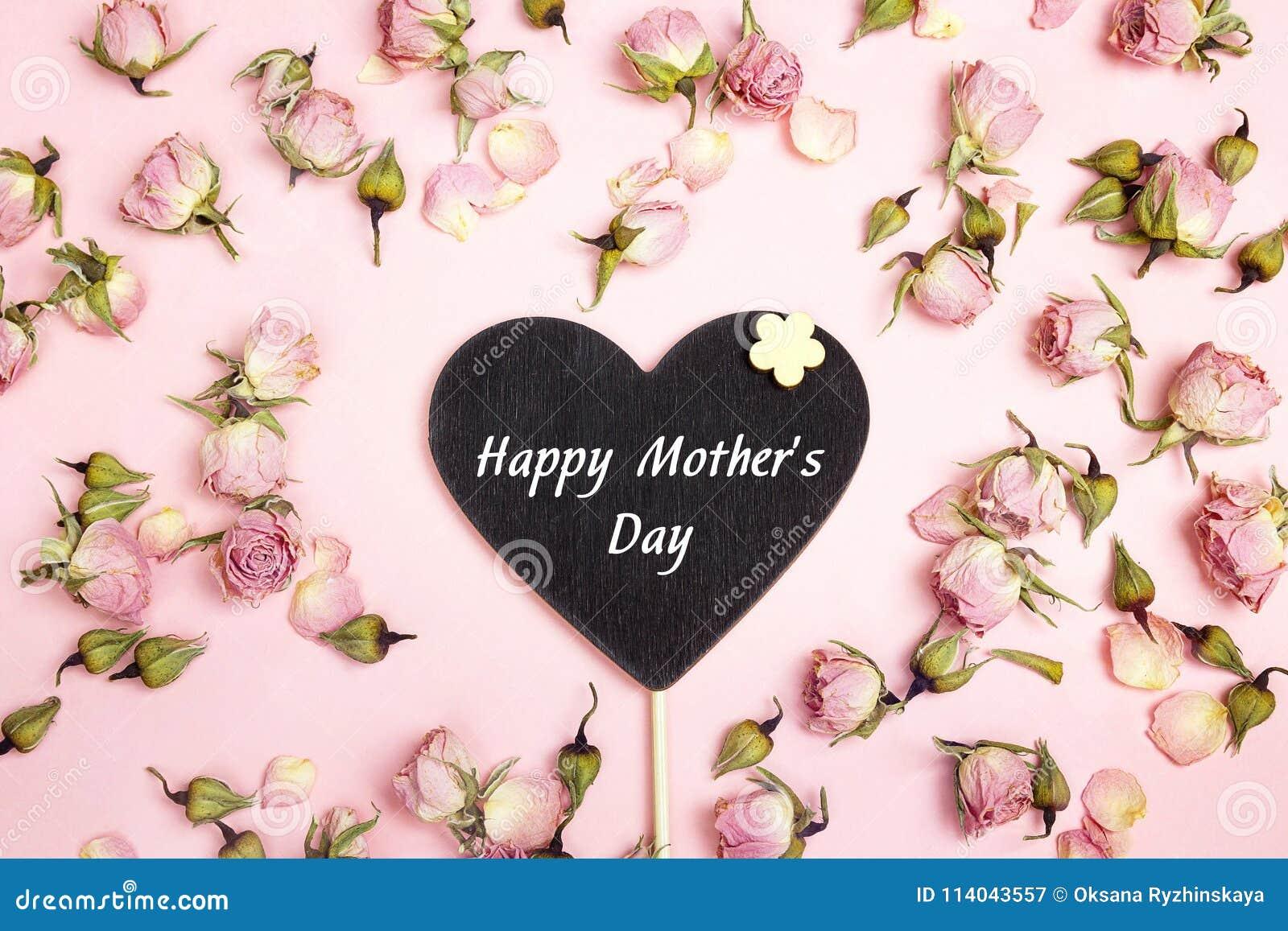 De groetbericht van de moedersdag op hart-bord met kleine droog