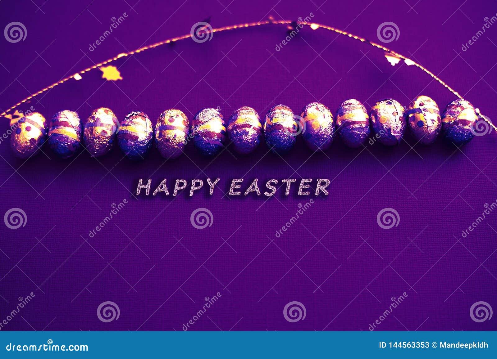 De groetkaart van Pasen Paaseierenkaart met gouden confettien op oppervlakte Feestelijk modieus behang Het luxueuze thema van pas