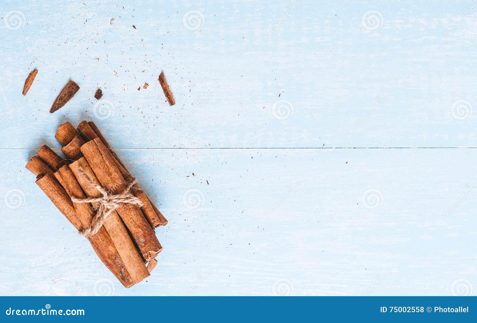 De grondkaneel, stokken, bond met jutekabel op oude houten achtergrond, selectieve nadruk, ruimte voor tekst, instagram filter