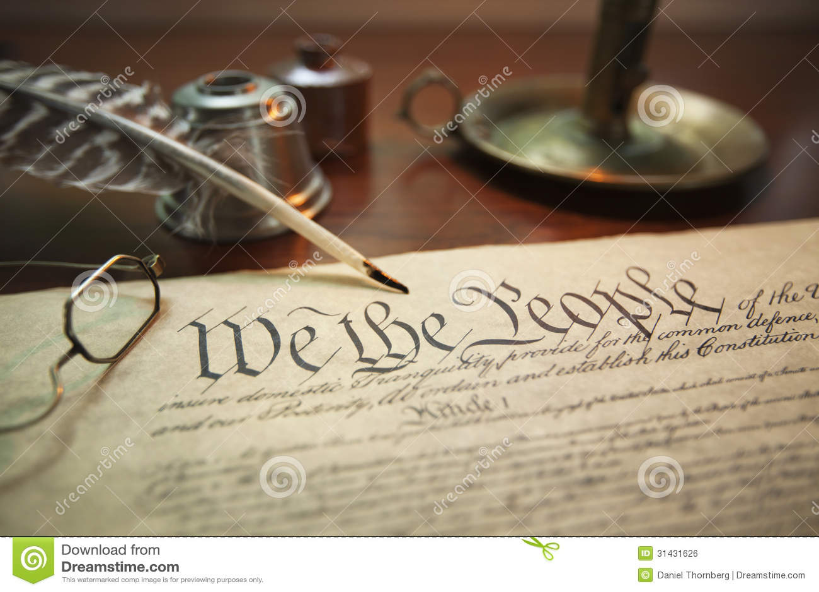 De Grondwet van Verenigde Staten met schacht, glazen en kaarshouder