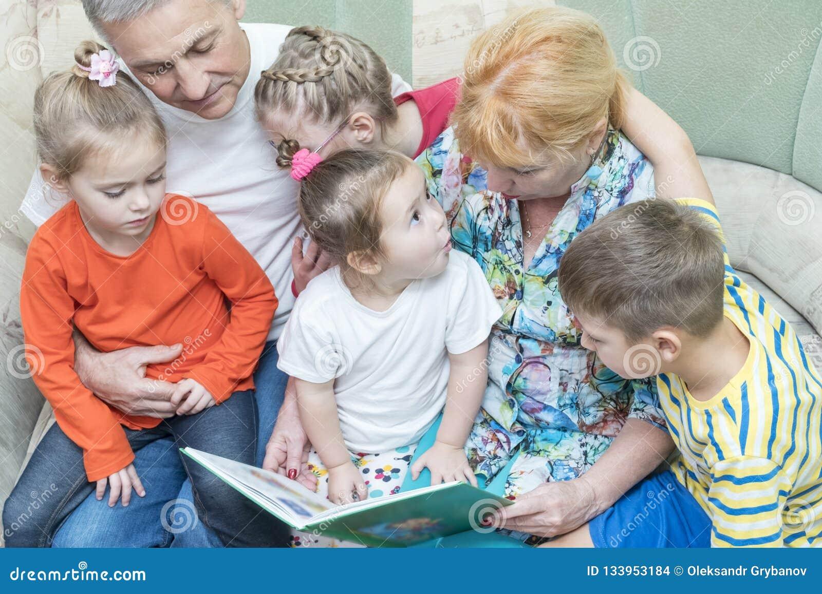 De grootouders onderwijzen kleinkinderen om te lezen