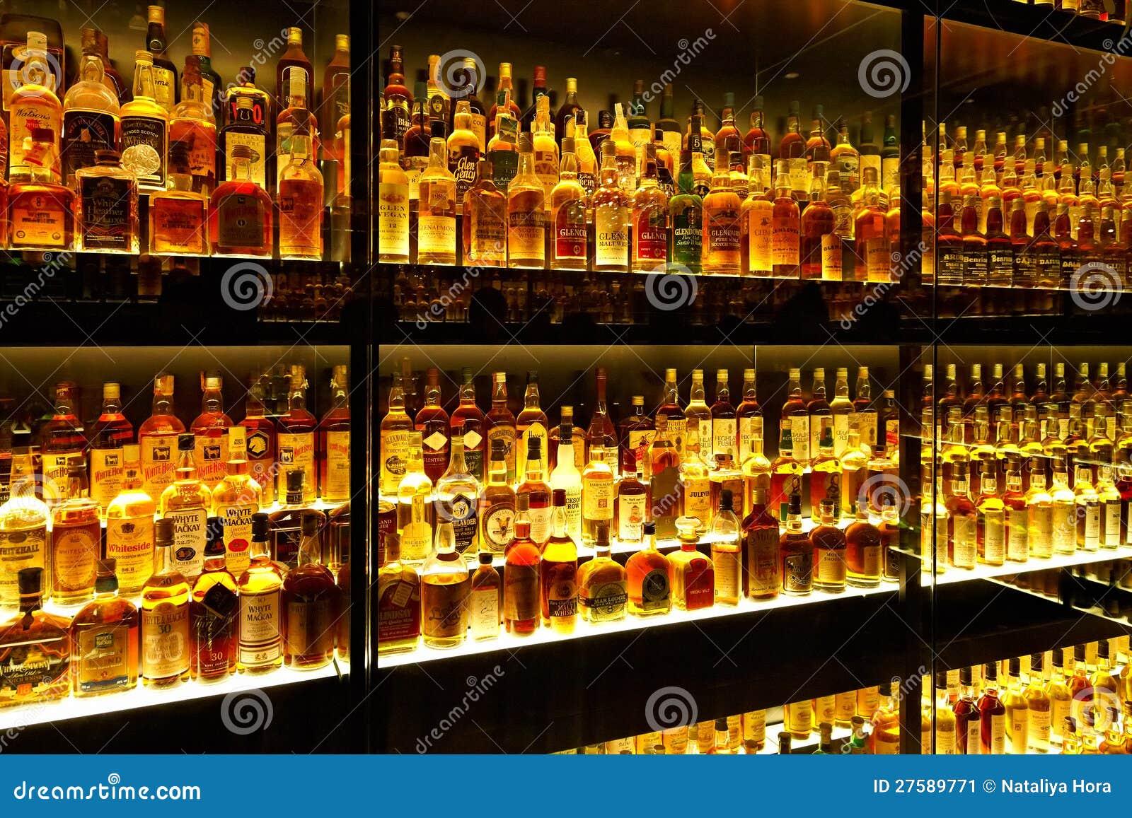 De grootste inzameling van de schotse whisky in de wereld redactionele foto afbeelding 27589771 - Spiegel rivoli huis van de wereld ...