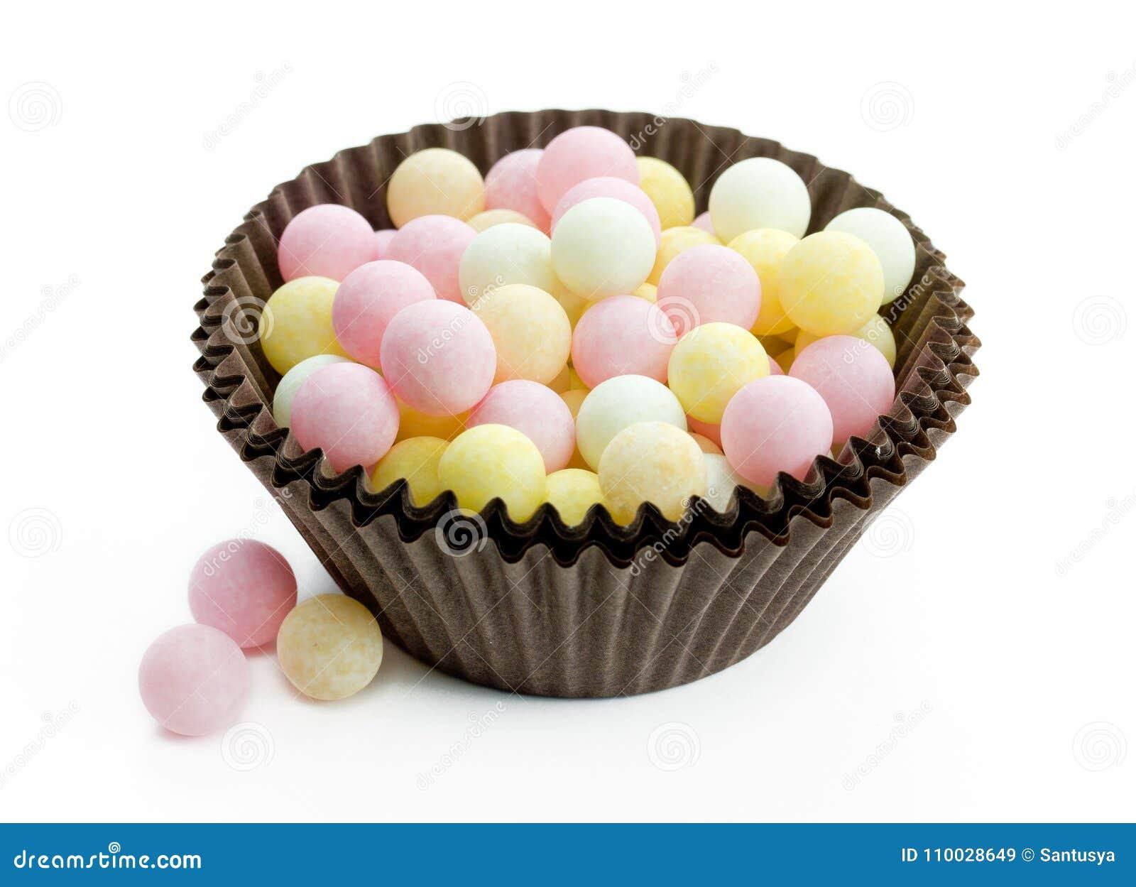 De grote ballen van de grootte eetbare suiker bestrooit pastelkleur op witte rug
