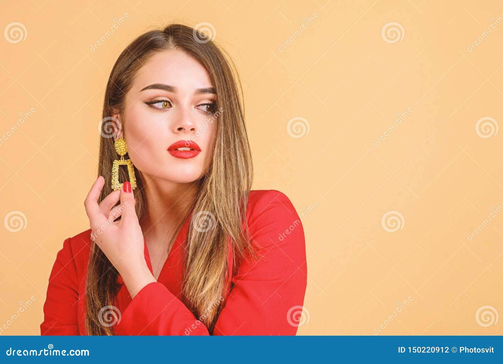 De Grote Bazaar van Istanboel - juwelenwinkel Meisjes model lang haar die gouden juwelenoorringen aantonen Dure toebehoren Modieu