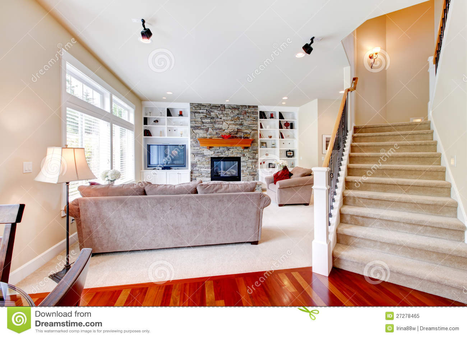 De grote beige woonkamer van de luxe met trap stock afbeelding