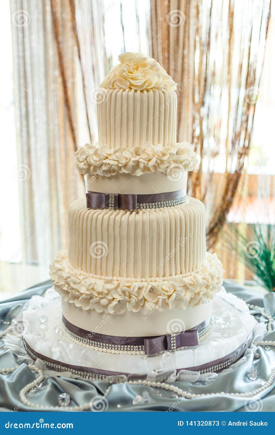 De grote cake op twee niveaus van het verjaardagshuwelijk