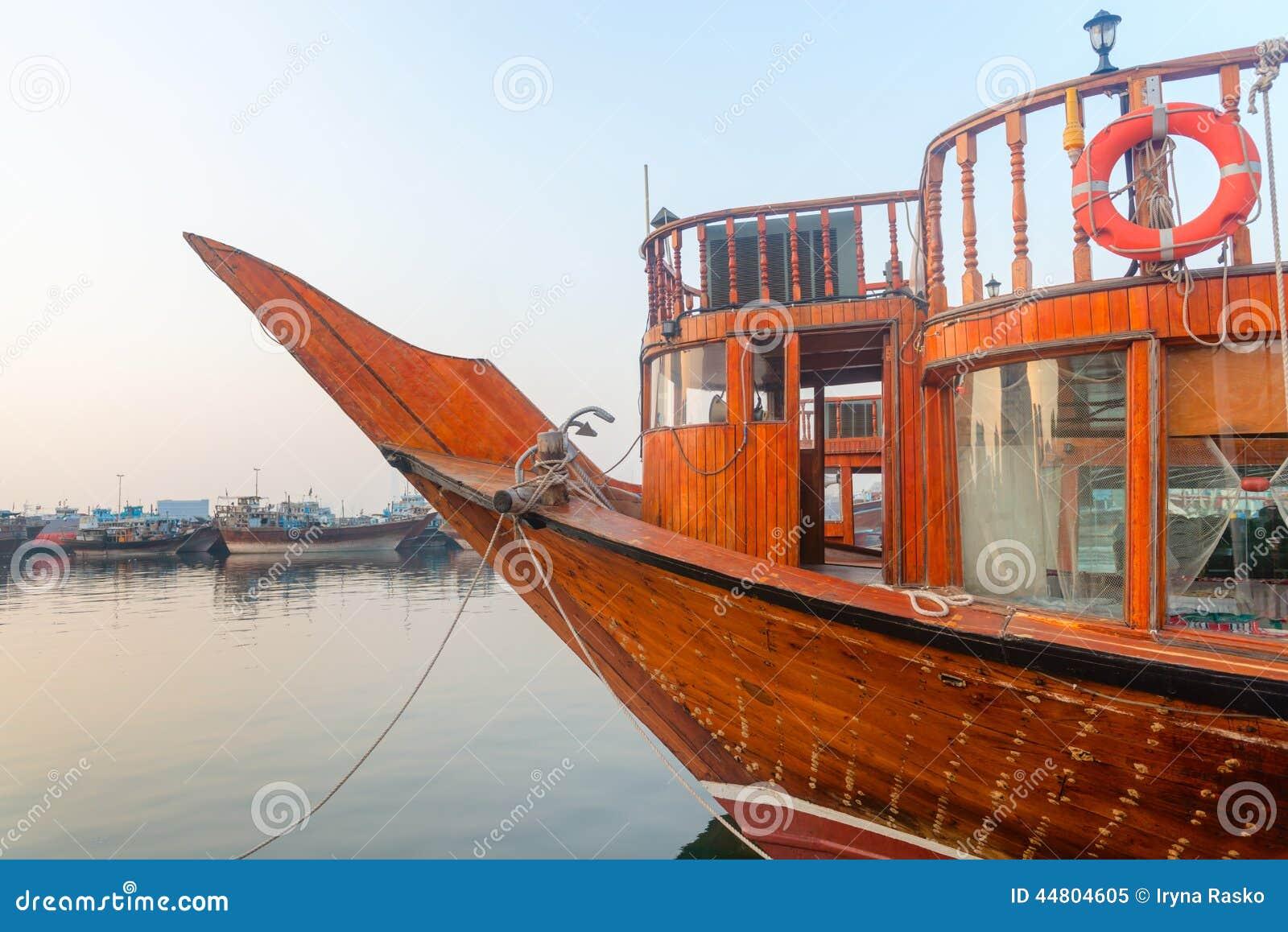 Grote Houten Boot.De Grote Houten Boot Legde Omhoog In Een Haven Vast Stock Afbeelding