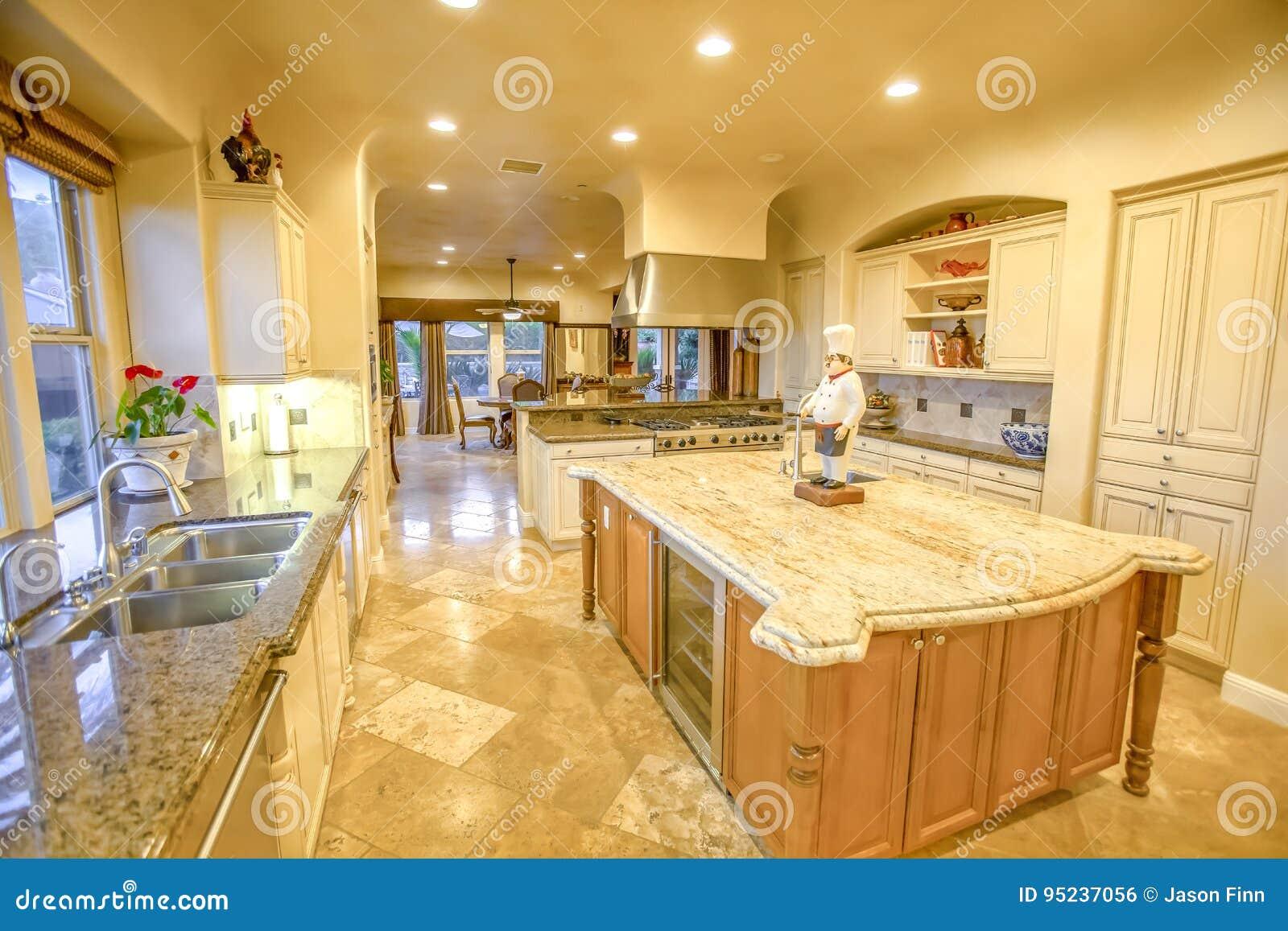 Keuken Grote Open : De grote keuken in modelwoning met groot graniet verzet zich tegen