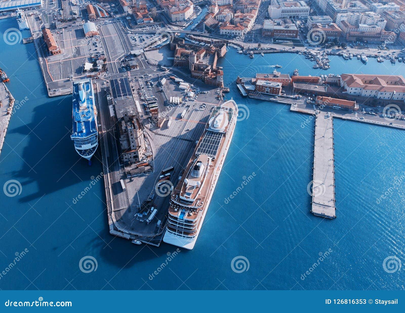 De grote lijnboten worden vastgelegd in de zeehaven van Livorno, Italië