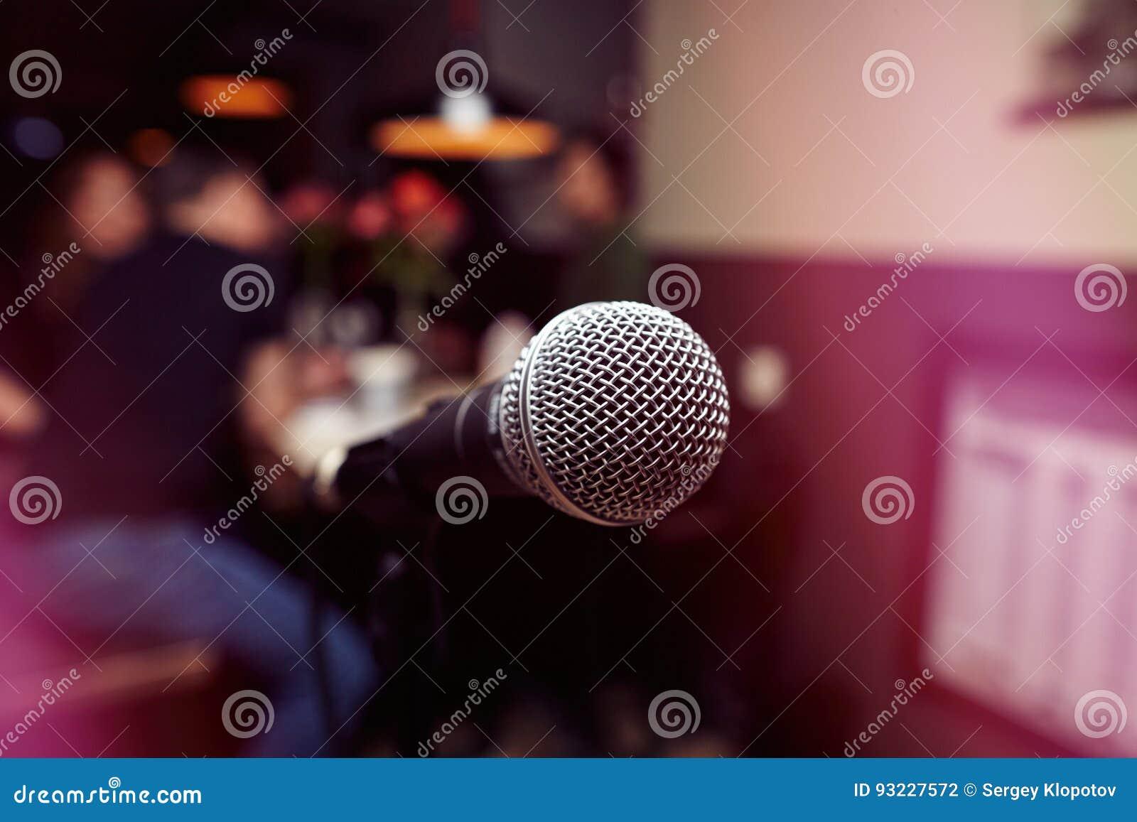 De grote microfoon in de karaokebar