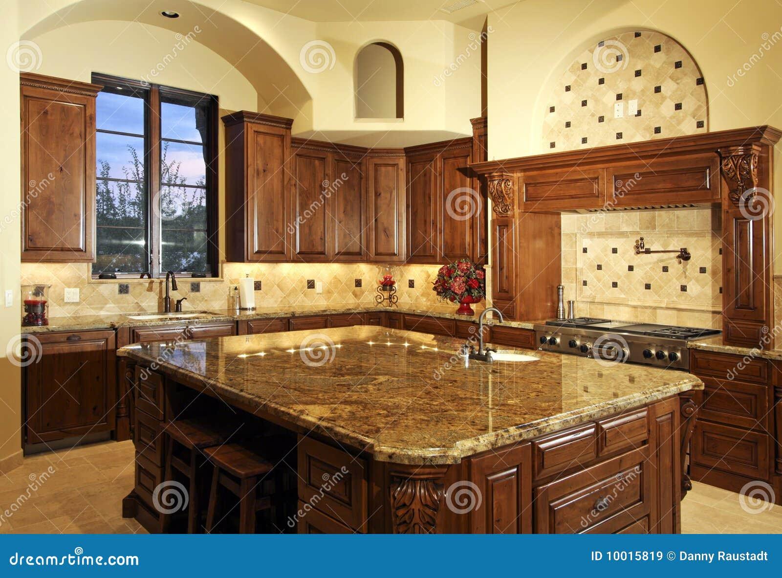 De grote nieuwe keuken van het huis van het herenhuis royalty vrije stock afbeeldingen - Moderne keuken in het oude huis ...
