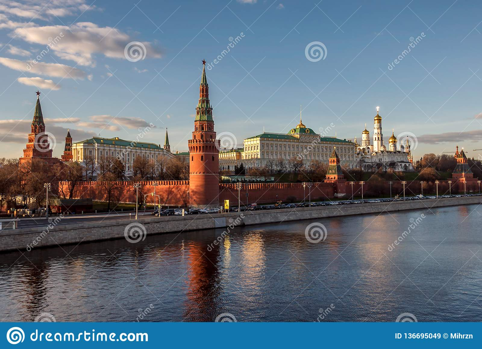De de Grote Paleizen en Kerken van Moskou het Kremlin van de rivier van Moskou bij zonsondergang