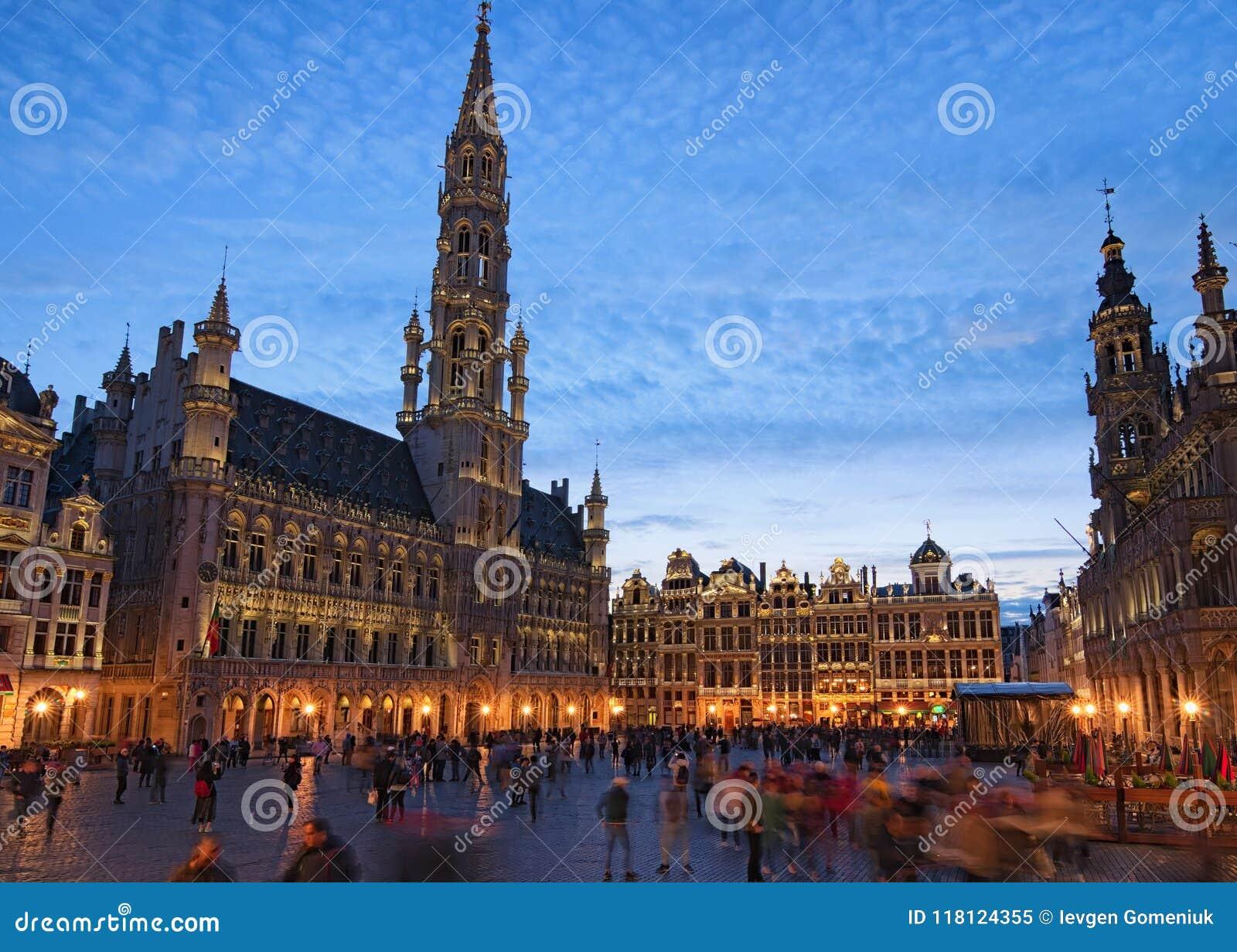 De Grote plaats Grote Markt is het centrale vierkant van middeleeuws Brussel Mooie mening tijdens zonsondergang bij de lente
