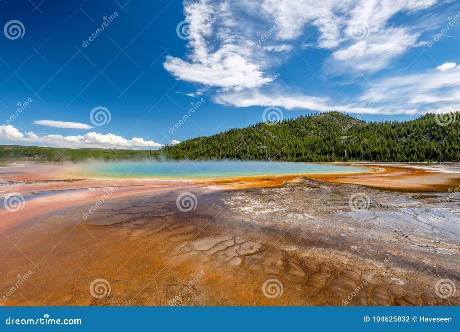 Download De Grote Prismatische Lente In Yellowstone Stock Foto - Afbeelding bestaande uit water, boom: 104625832