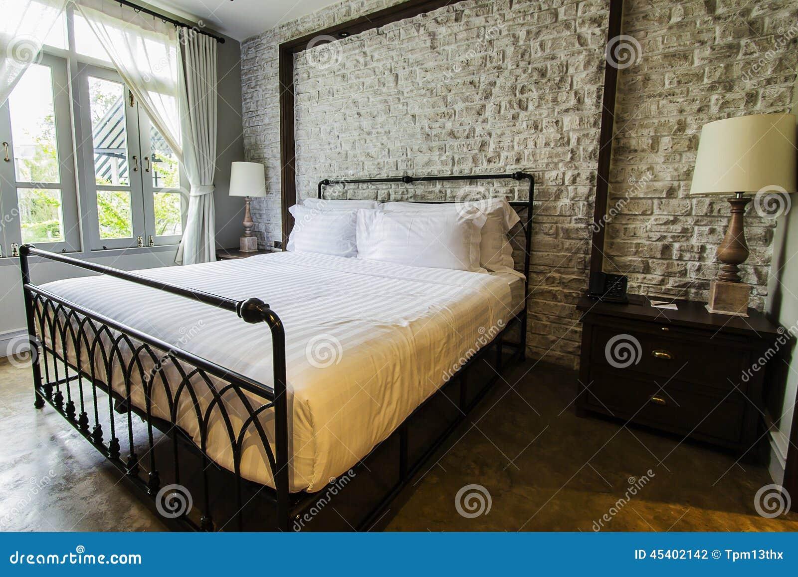 de grote slaapkamer van het engels stijlplatteland