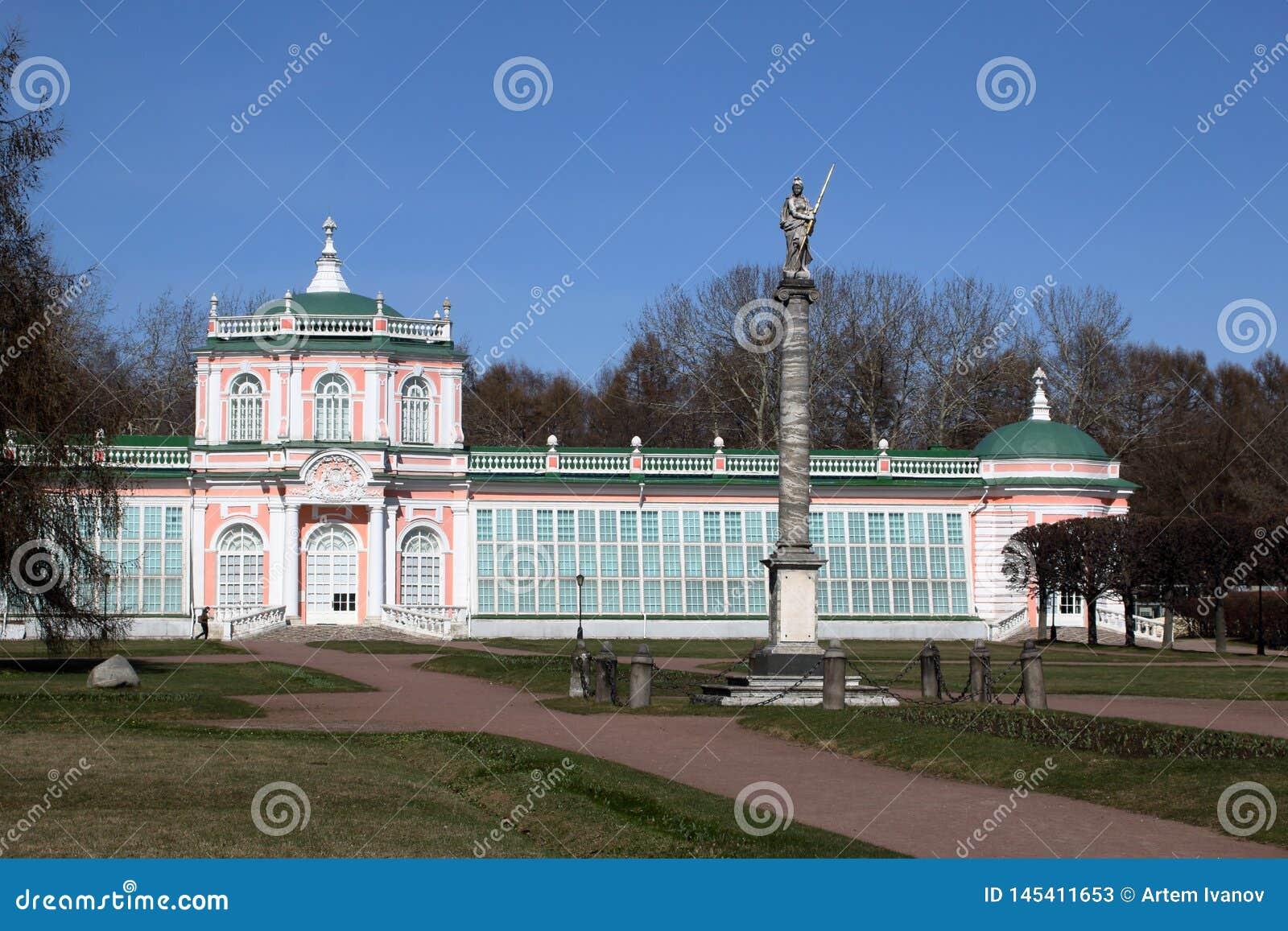 De Grote Steenoranjerie met een obelisk in Kuskovo-manor