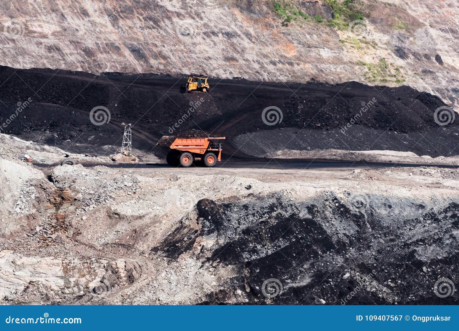De grote stortplaatsvrachtwagen ontgint machines, of mijnbouwmateriaal aan trans