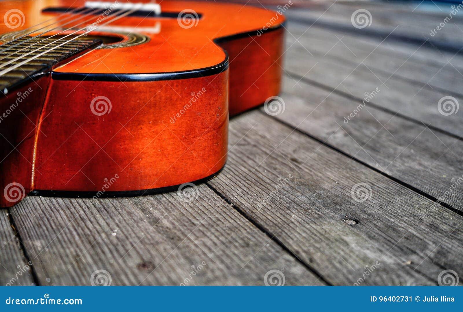 De guitare vieille de jour culture en gros plan texturisée en bois d arts d instrument de musique de musique dehors