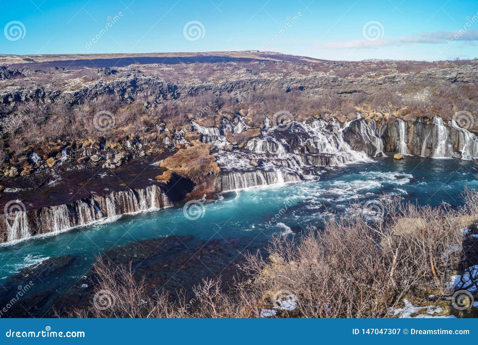 De h?rliga Hraunfossar vattenfallen av Island