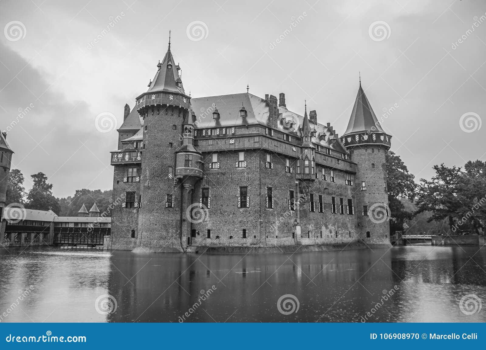 De Haar Roszujący fasada z ozdobną cegłą góruje blisko Utrecht i wodna fosa na deszczowym dniu,