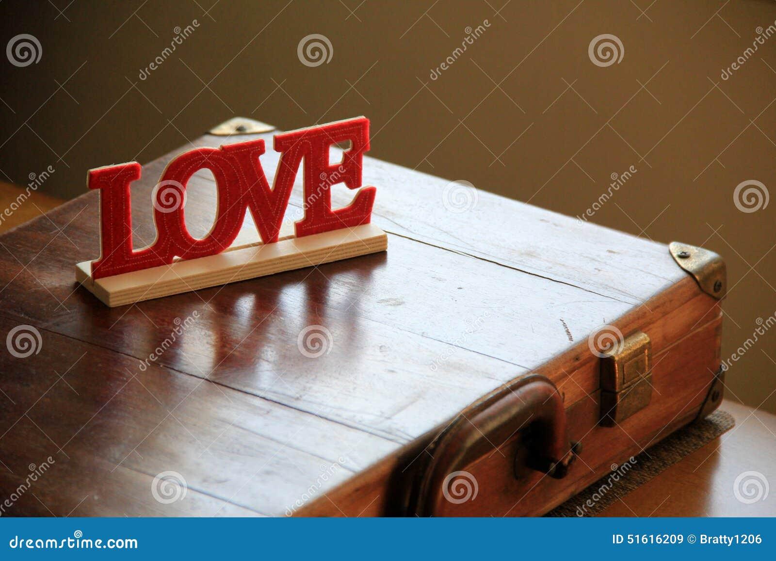 De hand bewerkte houten lief woordje dat leest de  Liefde  op man aktentas plaatste