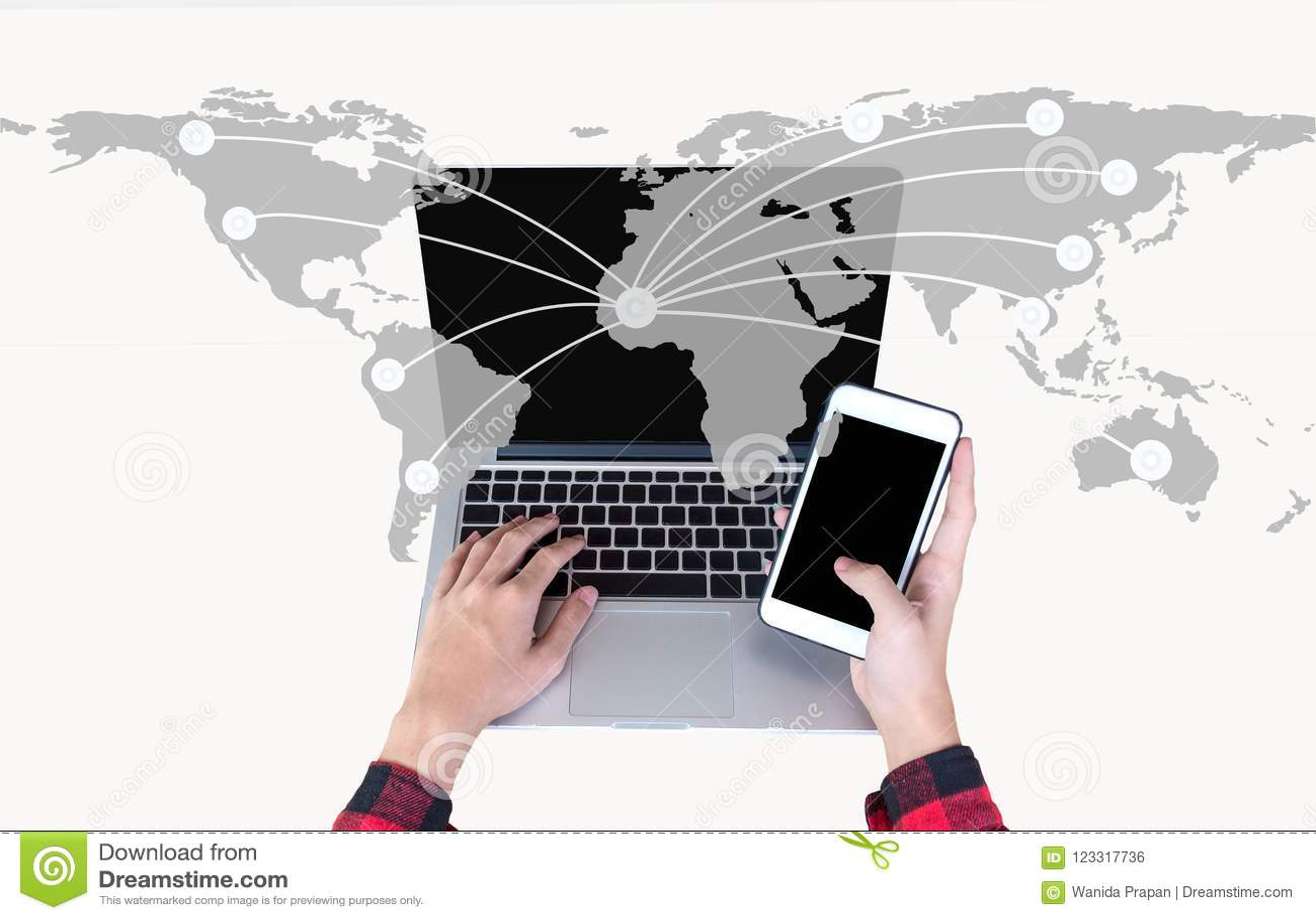 De hand die slimme telefoon en gebruikslaptop computer op wereld houden brengt netwerk voor mededeling in kaart,