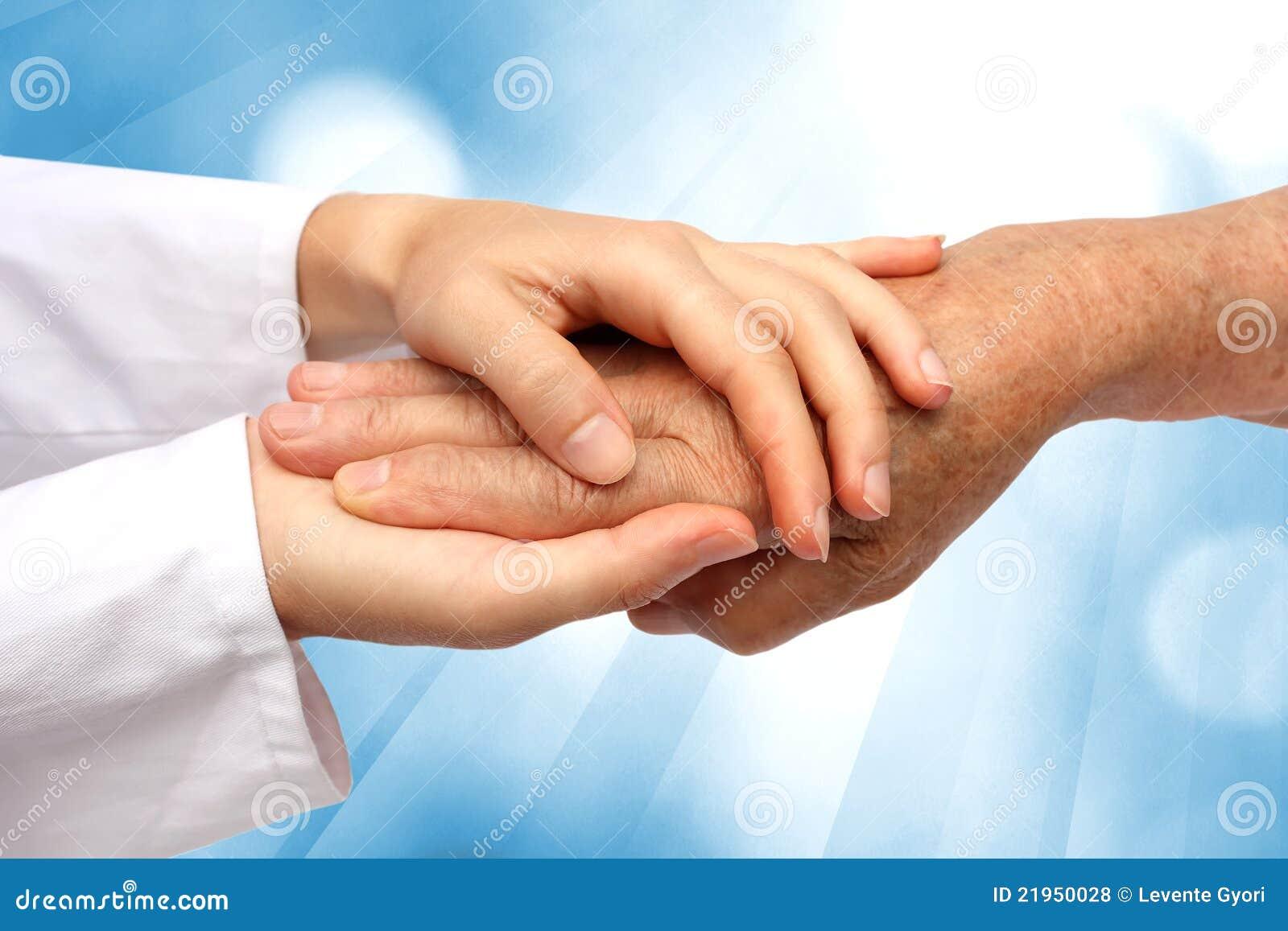 De hand die van de vrouw oudste helpt