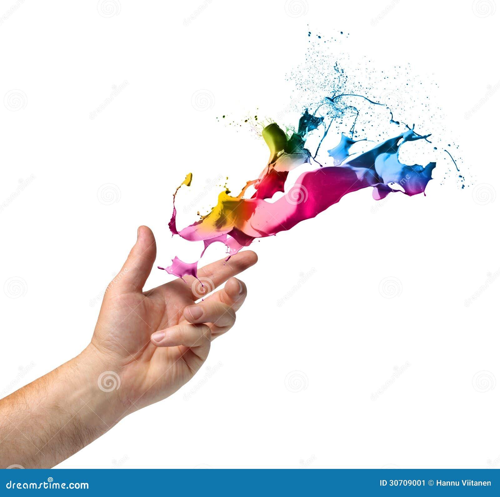 De hand die van het creativiteitconcept verf werpen