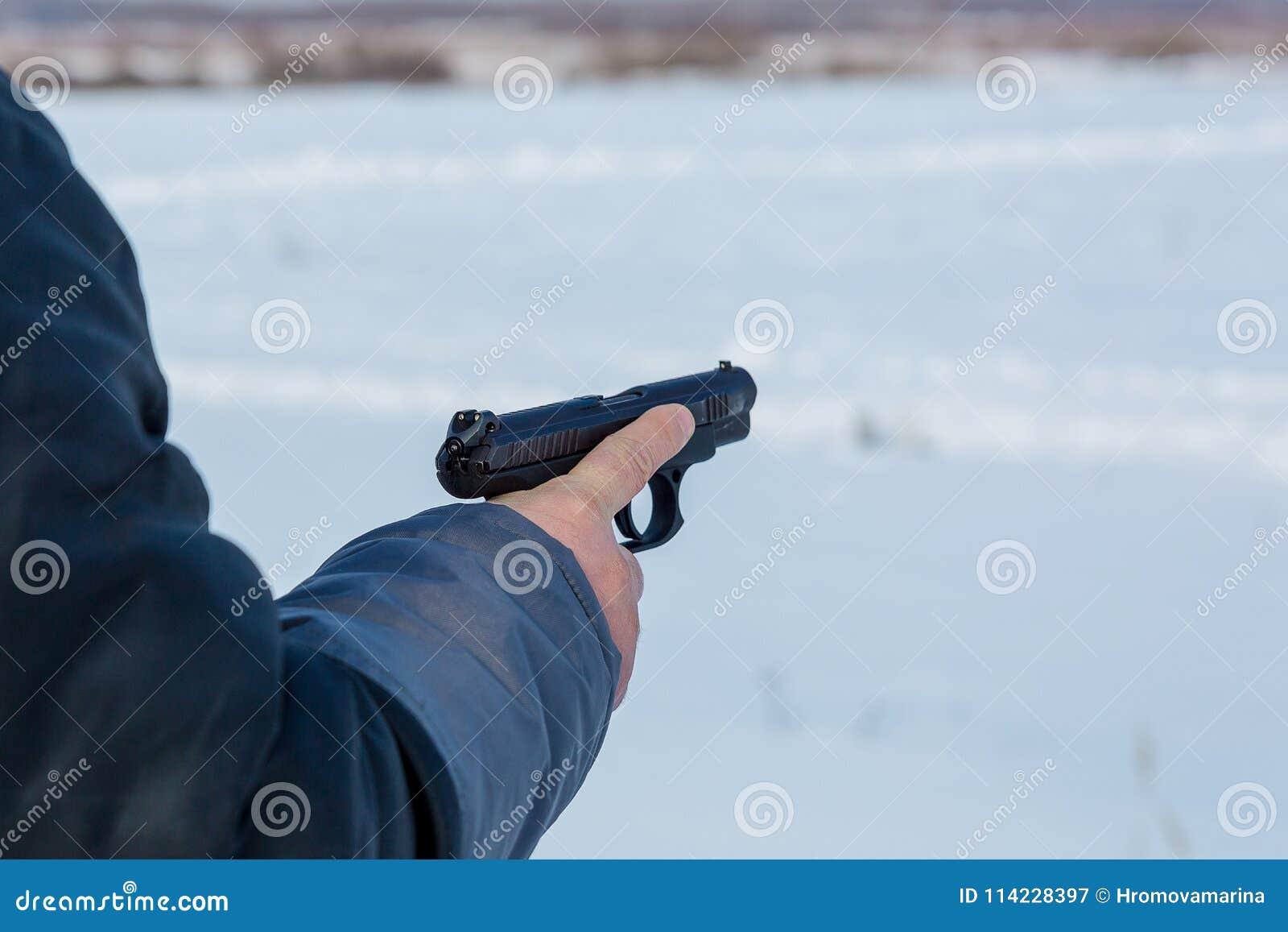 De hand houdt het kanon